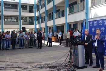Le Secrétaire général de l'ONU, António Guterres, s'exprimant devant la presse dans une école de l'UNRWA à Beit Lahiya, à Gaza.