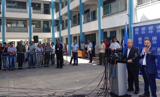 Em viagem que fez a Gaza no ano passado Guterres encontrou com estudantes palestinos beneficiados pelas escolas da Unrwa