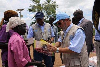 Le Directeur général de l'Organisation des Nations Unies pour l'alimentation et l'agriculture (FAO), José Graziano da Silva, en Ouganda. Des semences de légumes et de cultures sont fournies aux réfugiés pour qu'ils puissent lancer leur production alimentaire.