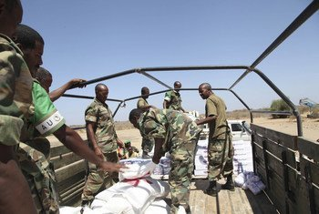 Chargement de nourriture dans un camion à l'aéroport de Baidoa. Cette nourriture fournie par la MANUSOM est destinée aux soldats de l'Armée nationale somalienne qui combattent aux côté des troupes de l'AMISOM. AU / UNISTPHOTO / Mohamed Guled