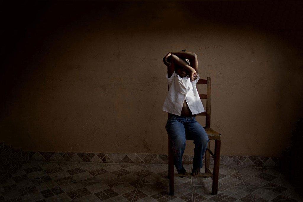 Une fillette de huit ans cache son visage dans un centre soutenu par l'UNICEF en Haïti qui fournit des soins et un soutien temporaires aux enfants victimes de la traite pendant que les autorités recherchent leurs parents. (archives)