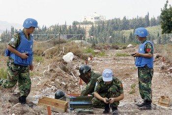 Un bataillon de Casques bleus chinois participant dans le déminage de la ville de Hiniyah au Liban se prépare à faire exploser des restes de munitions non explosées. Photo ONU / Mark Garten (archives)