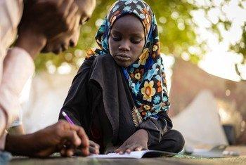 Cette fille de 11 ans a perdu sa jambe gauche lors d'une attaque suicide contre un site de personnes déplacées dans la région du lac Tchad. Après trois mois passés dans un hôpital, elle essaie de recommencer sa vie.