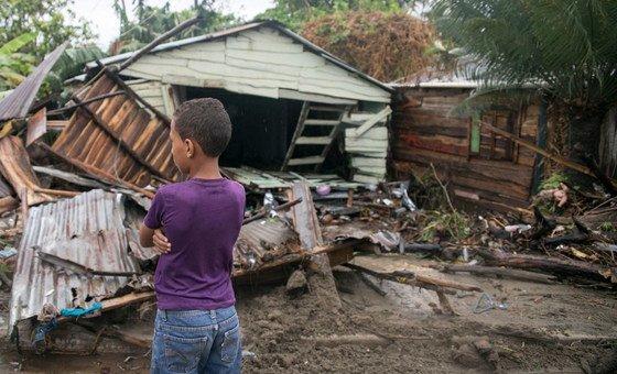 Семилетний мальчик среди обломков разрушенного ураганом дома в Доминиканской Республике, 2017 год.