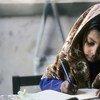 巴基斯坦卡拉奇,一个女孩正在做作业。