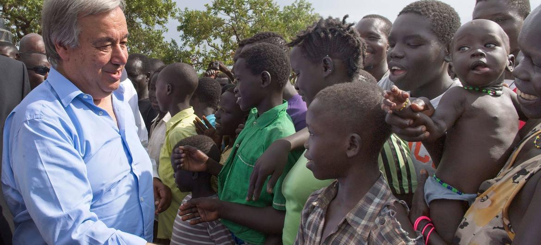 Le Secrétaire général António Guterres rencontre des réfugiés sud-soudanais au camp d'Imvepi, dans le nord de l'Ouganda, en juin 2017