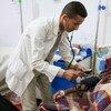 В йеменской больнице врач осматривает девочку, больную холерой.  Фото ЮНИСЕФ