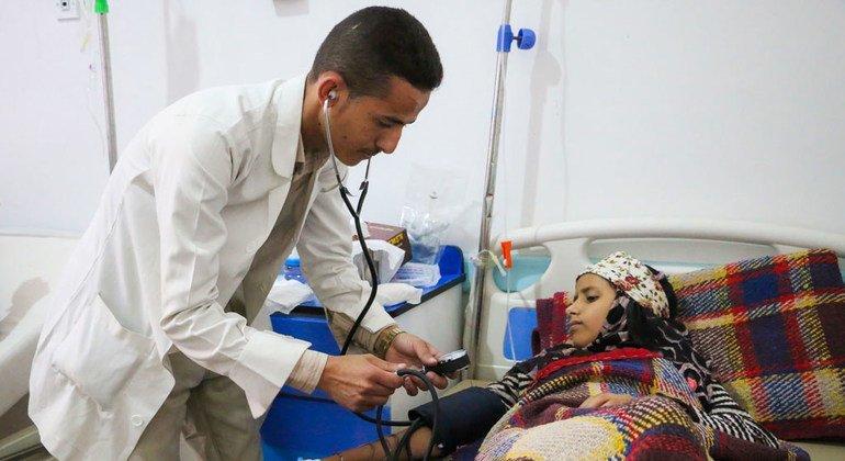 Un médico examina a una niña enferma de cólera en el hospital Al Sabeen en Saná, Yemen.