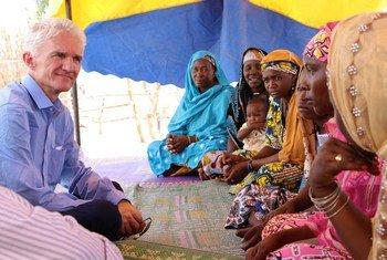 Le Secrétaire général adjoint aux affaires humanitaires Mark Lowcock avec des femmes déplacées au site de N'Gagam, dans la région de Diffa, au Niger. Photo OCHA/Ivo Brandau