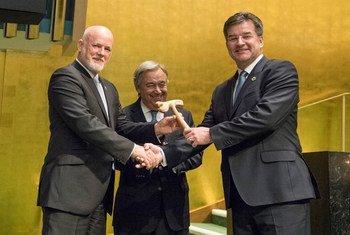 Peter Thomson (à gauche), Président de la 71e session de l'Assemblée générale, passe le marteau à Miroslav Lajčák (à droite), Président de la 72e session de l'Assemblée générale, avec le Secrétaire général de l'ONU, António Guterres au centre. Photo ONU/Eskinder Debebe