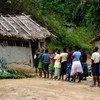 À Kolula, au Sud-Kivu, en République Démocratique du Congo, les enfants rapatriés font la queue avant le début des cours. Les conflits armés dans leur village ont obligé toute la population à fuir et à se cacher dans la forêt pendant plusieurs semaines.