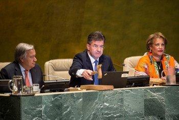 Miroslav Lajcák (au centre), Président de la 72e session de l'Assemblée générale des Nations Unies, ouvre la première réunion de cette session le 12 septembre 2017, avec à ses côtés le Secrétaire général de l'ONU, António Guterres, et la Secrétaire générale adjointe Catherine Pollard. Photo ONU/Kim Haughton