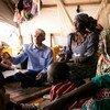 Mark Lowcock, coordinador de Ayuda de Emergencia, con mujeres desplazadas en un campamento en Pulka, al noreste de Nigeria. Foto: OCHA/Ivo Brandau