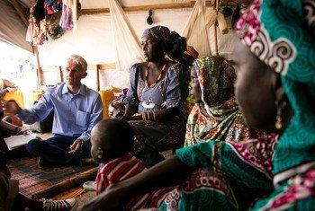 Le coordonnateur des secours d'urgence de l'ONU, Mark Lowcock, discute avec des femmes déplacées au camp de Wege à Pulka, au nord-est du Nigéria. Septembre 2017.
