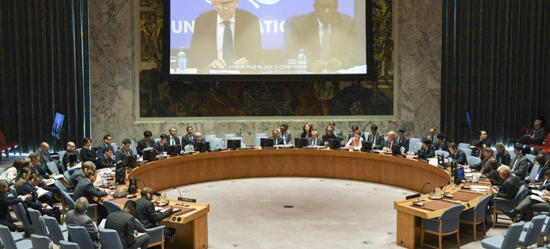 Vue de la salle du Conseil de sécurité alors que Michael Keating (à gauche sur l'écran), le Représentant spécial du Secrétaire général pour la Somalie, fait un exposé par vidéoconférence. Photo ONU/Eskinder Debebe