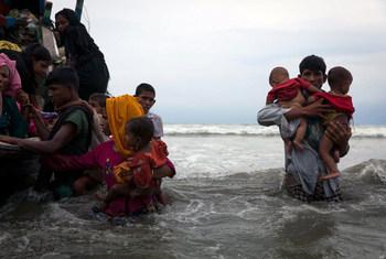 Refugiados Rohingya recien llegados a Cox Bazar en Bangladesh tras viajar 5 horas en un bote en mar abierto. Foto: UNICEF