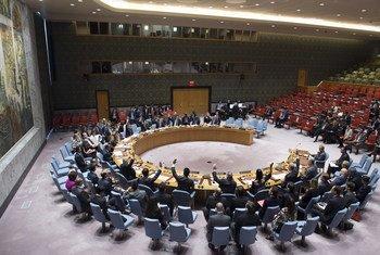 Plan large sur la salle du Conseil de sécurité, lors de l'adoption à l'unanimité de la prolongation du mandat de la Mission d'appui des Nations Unies en Libye (MANUL) en septembre 2017. (archives)