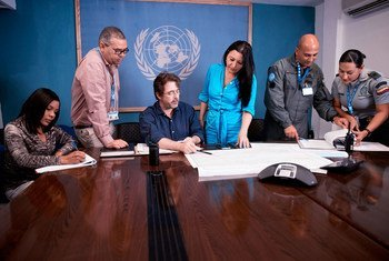 Сотрудница Миссии ООН по стабилизации в Гаити Пиа Стефаницци проводит встречу с коллегами. Фото МООНСГ/Игорь Ругвиза
