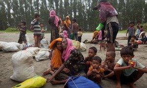 Des réfugiés rohingyas arrivés à Cox's Bazar, au Bangladesh, après avoir voyagé en bateau. Photo UNICEF/Brown