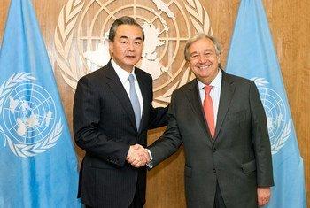 秘书长古特雷斯会见率团前来参加第72届联大一般性辩论的中国外长王毅。联合国图片/Rick Bajornas