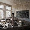 Un estudiante en lo que era su aula en una escuela en Saada, Yemen. Los estudiantes ahora dan clase en unas tiendas de UNICEF