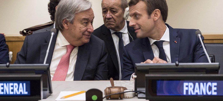 Le Secrétaire général de l'ONU, António Guterres (à gauche), avec le Président de la France, Emmanuel Macron, au Sommet consacré au lancement d'un Pacte mondial sur l'environnement. Photo ONU/Kim Haughton