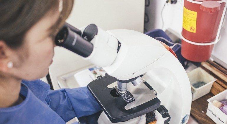 Trabajo de laboratorio analizando antibióticos ante una infección resistente