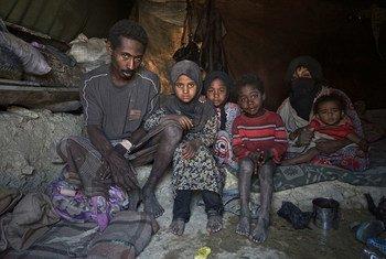 Família de deslocados no Iêmen, que deve continuar sendo a maior crise humanitária no mundo em 2020