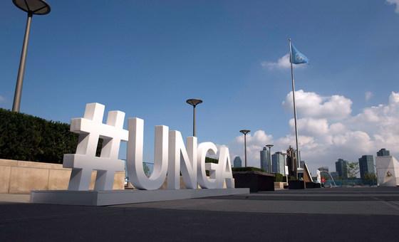 Un panneau à l'extérieur du bâtiment de l'Assemblée générale des Nations Unies met en évidence le mot-clic que les participants peuvent utiliser pour promouvoir le débat général.