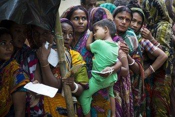 le Haut-Commissariat des Nations Unies pour les réfugiés distribue des fournitures d'aide aux familles hindoues rohingyas qui ont trouvé refuge dans le village d'Hindu Par, au Bangladesh.