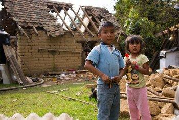 Iker, de 9 años, y su hermana Yeimire, de seis, frente a su casa que fue destruida por el terremoto del 19 de septiembre de 2017.