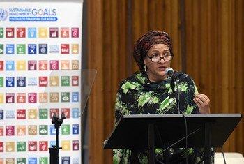 Первый заместитель Генсека ООН Амина Мохаммед на встрече в Генеральной Ассамблее. Фото ООН/Эван Шнейдер