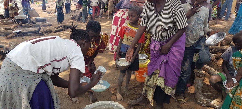 Refugiados da RD Congo recebem ajuda alimentar na província de Luapula, no norte da Zâmbia