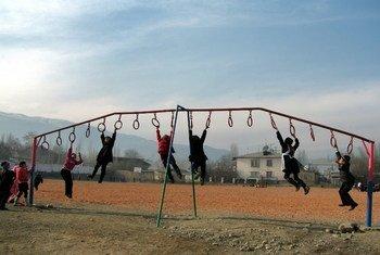 Дети в одной из школ в Кыргызстане.  Фото Управления ООН по координации гуманитарных вопросов