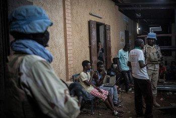 Un bataillon de Casques bleus de la MINUSMA patrouille de nuit dans les rues de Gao, au nord du Mali.