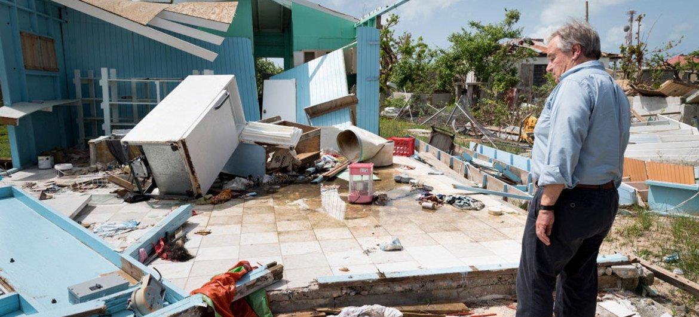 أرشيف: الأمين العام للأمم المتحدة أنطونيو غوتيريش يتفقد آثار الدمار الذي ألحقه إعصار إيرما بجزيرة باربودا.
