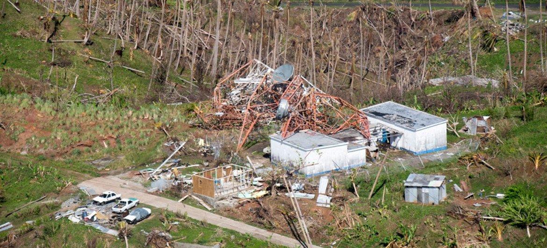 Vista aérea de la devastación en Dominica tras el paso del huracán Maria. Foto: ONU / Rick Bajornas