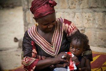 Au centre de santé de Bellafarendi, Azaharatou Dicko nourrit Farimata, sa fille de 13 mois souffrant d'une malnutrition aiguë sévère, avec une alimentation thérapeutique prête à l'emploi fournie par l'UNICEF.
