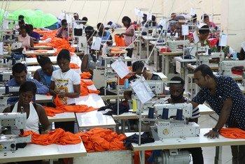 加纳工人在制衣厂工作。