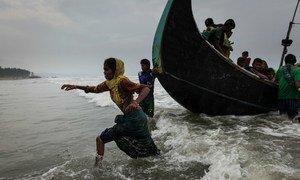 Cox's Bazar, au Bangladesh: des réfugiés rohingyas débarquent sur la plage de Shamlapur après avoir navigué pendant 5 heures dans la baie du Bengale (7 septembre 2017).