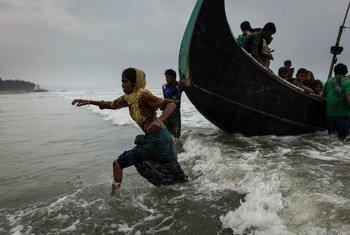 Refugiados rohingyas llegan a las cosas de Bangladesh, tras un viaje de cinco horas en aguas abiertas. Foro: UNICEF / Brown