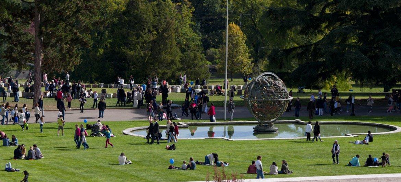 Le public visite le Parc de l'Ariana du Palais des Nations lors de la Journée 'portes ouvertes' des Nations Unies à Genève. 7 octobre 2017.