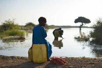 Женщины и девочки в странах с низким уровнем дохода тратят 40 миллиардов часов в год, чтобы принести воду