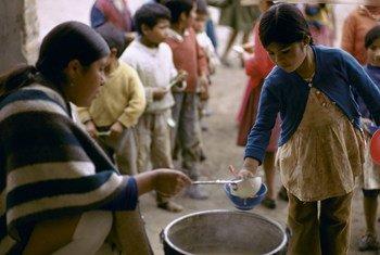أطفال ينتظرون تناول الوجبة اليومية في الإكوادورز المصدر: Jamie Martin/World Bank