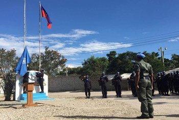 أرشيف: رفع علم الأمم المتحدة في مراسم افتتاح عمل بعثة مينوجوست.