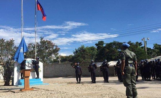 Le drapeau de l'ONU est levé lors de la cérémonie d'ouverture de la nouvelle Mission des Nations Unies pour l'appui à la justice en Haïti (MINUJUSTH) en octobre 2017.