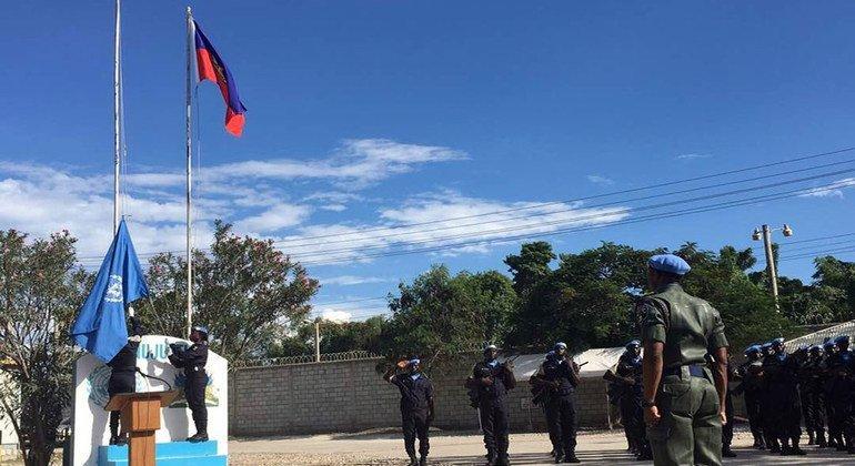 Iza de la bandera de la ONU en la ceremonia de apertura para la nueva nueva Misión de Apoyo a la Justicia en Haití (MINUJUSTH).