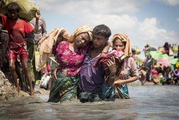 Picha kutoka maktaba ikionesha maelfu ya wakimbizi wapya wa Rohingya wakivuka mpaka karibu na kijiji cha Anzuman Para, Palong Khali, Bangladesh