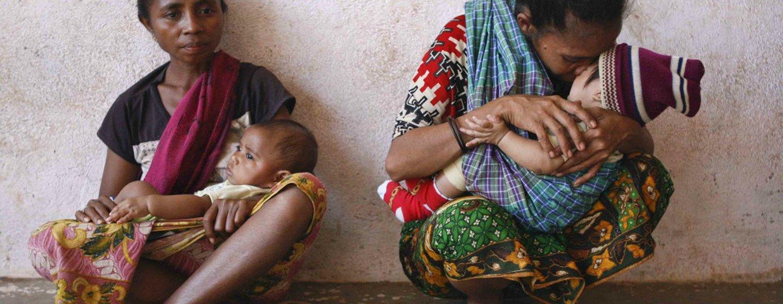 Mães com as suas crianças na vila de Asulau, em Timor-Leste.