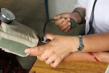 Un agent de santé qualifié prend la tension artérielle d'un patient.